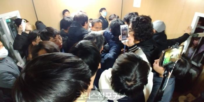 총신대 용역 퇴진 놓고 이사 3인과 학생들 밤샘 협상 결렬