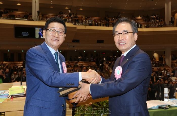 [총회소식38] 신임 총회장이 받은 성경·헌법·고퇴
