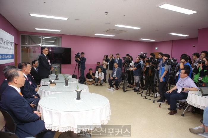 [포토] 제103회 총회 취재진에게 인사하는 총회 임원