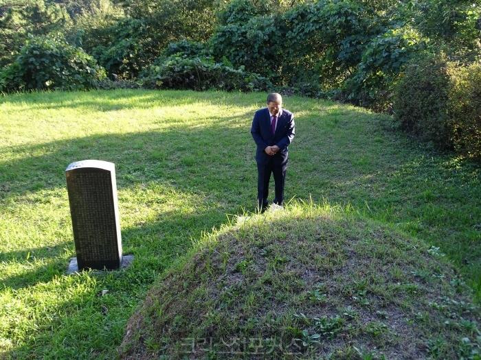 [소강석칼럼] 님의 무덤 앞에 꽃다발을 드리며