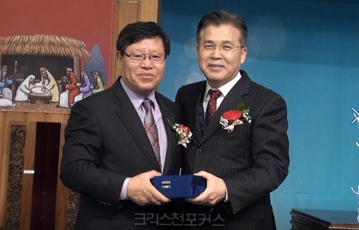 """[크포TV] 신신우 장로, """"열정의 비전 메이커""""로 평가받고 원로 추대"""